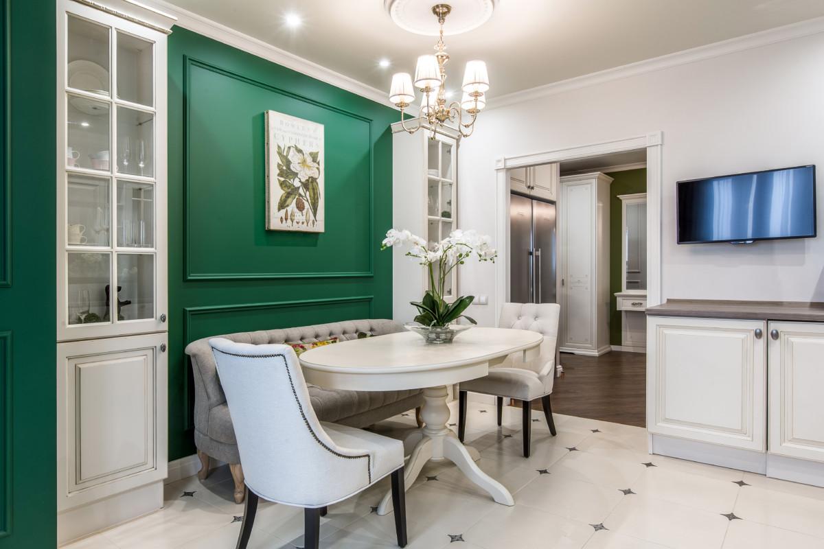 Кухня/столовая в  цветах:   Бежевый, Коричневый, Темно-зеленый.  Кухня/столовая в  стиле:   Неоклассика.