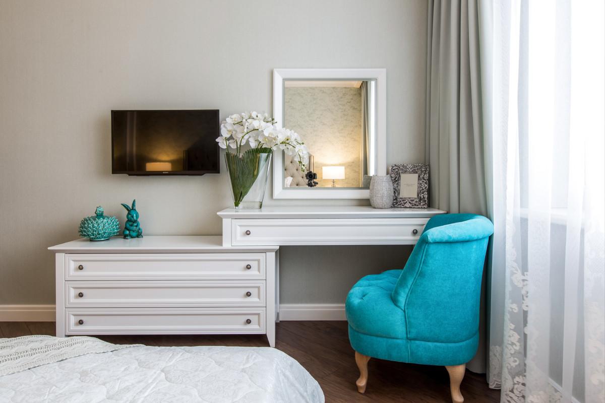 Спальня в  цветах:   Бежевый, Коричневый, Светло-серый, Серый, Синий.  Спальня в  стиле:   Неоклассика.