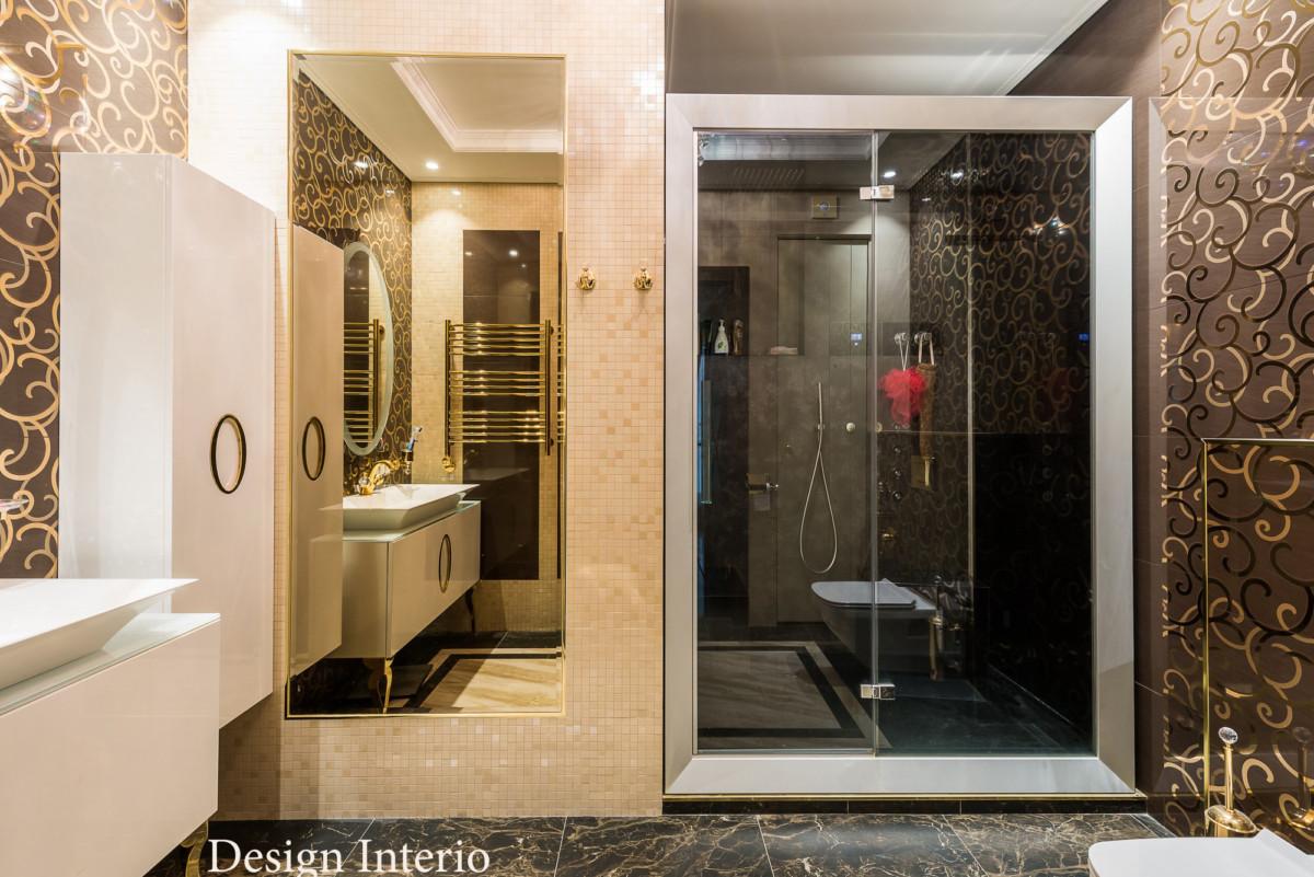 Душевая комната небольшая, для увеличения пространства использовалось зеркало.