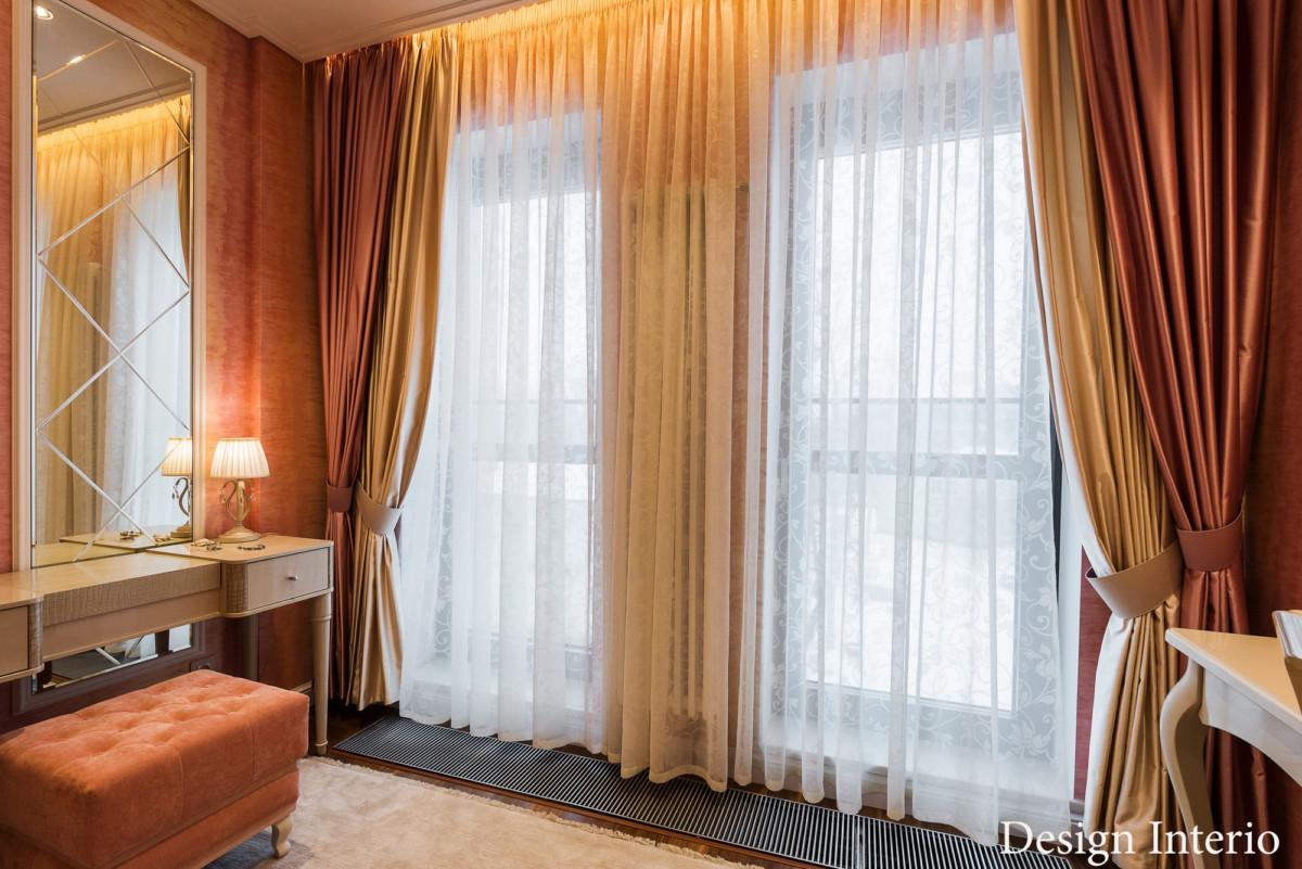 Текстиль для оформления окна использовали многослойный. Цветовая гамма портьер соответствует цвету стен.