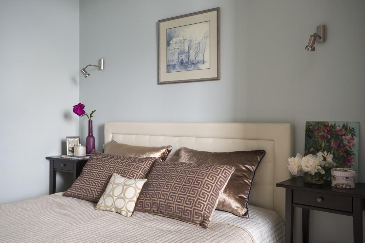 Над кроватью разместили графическую работу «Март». Автор — дизайнер интерьеров Мария Черкасова.