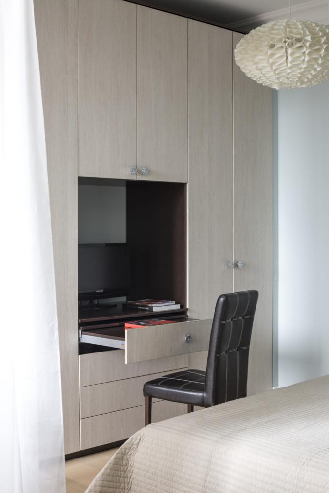 Встроенные шкафы сделаны на заказ по эскизам дизайнера. В небольшой квартире важно использовать каждый сантиметр.