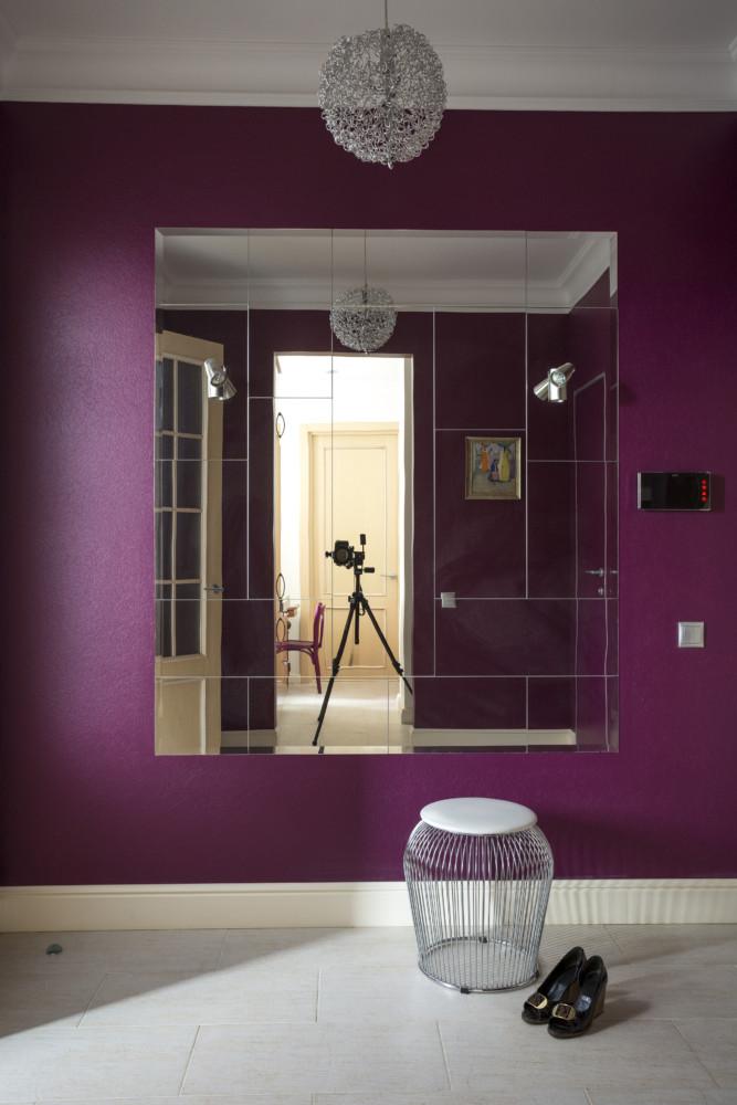 В прихожей большое зеркальное панно служит утилитарным целям и эстетическим, расширяя пространство.