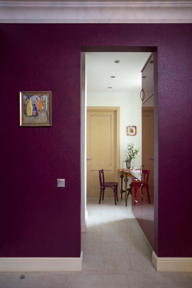 На стене яркая картина со среднеазиатским сюжетом из коллекции хозяев. Вид на кухню.