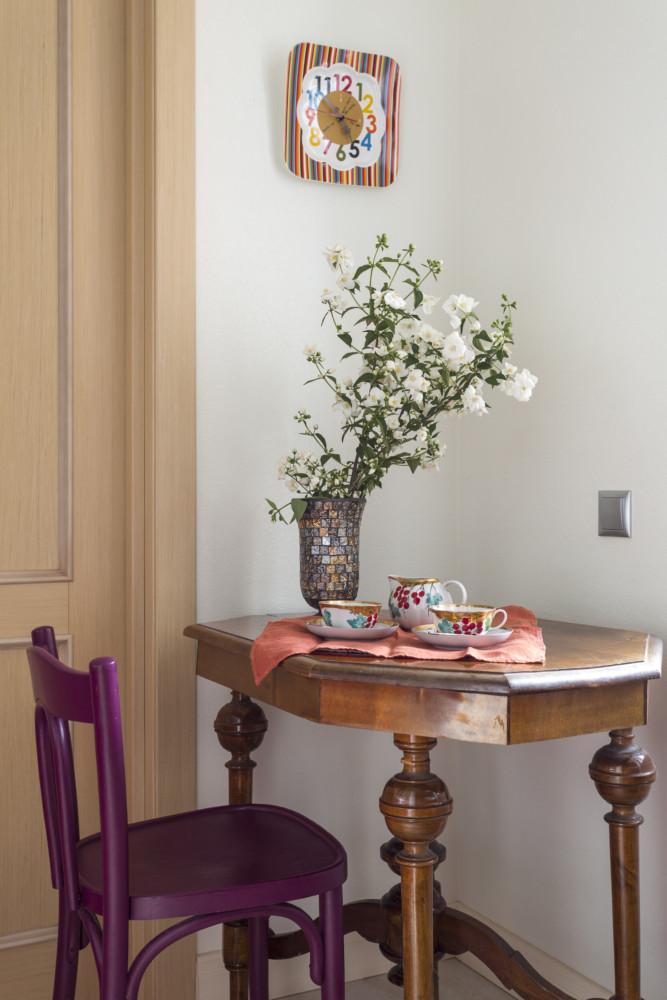Антикварный столик для завтраков и старый стул — элементы винтажного стиля, они вносят своими изгибами приятное разнообразие.