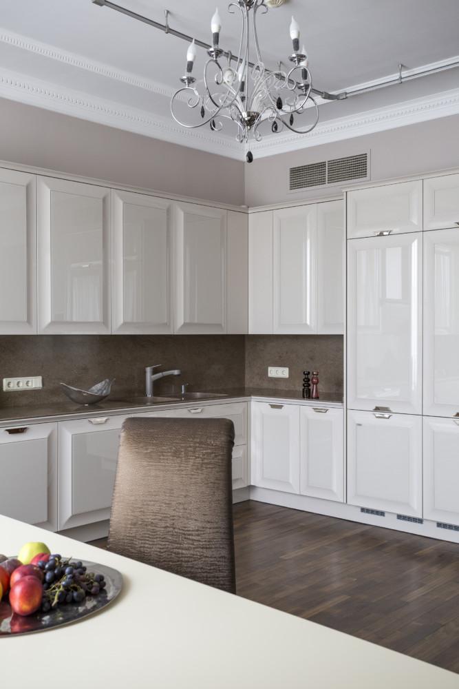 Мебель компании Scic светлого, почти белого цвета с фасадами, отделанными стеклом, создаёт ощущение свежего летнего утра.