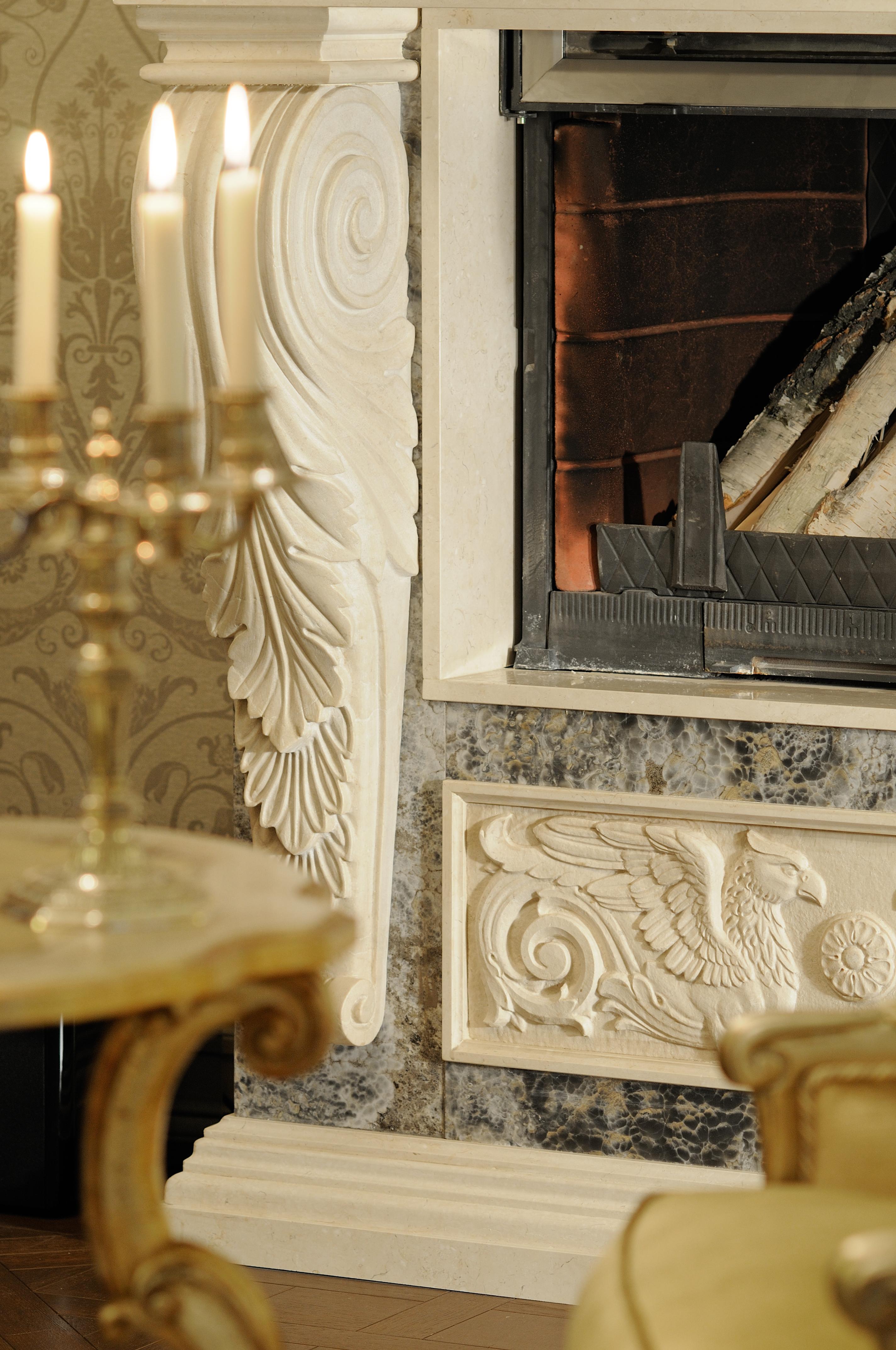 Помимо камина, это ещё и резные порталы дверей со сложными профилями, навершиями и рельефами, напоминающими о русской усадебной архитектуре XIX века.