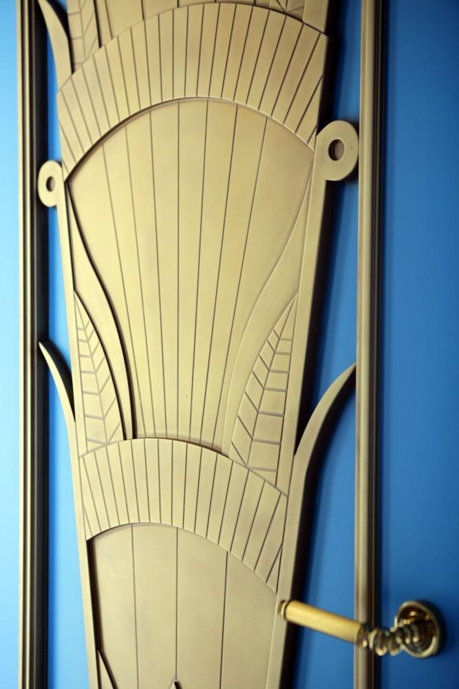 Холл спален, филёнка двери — индивидуального изготовления.