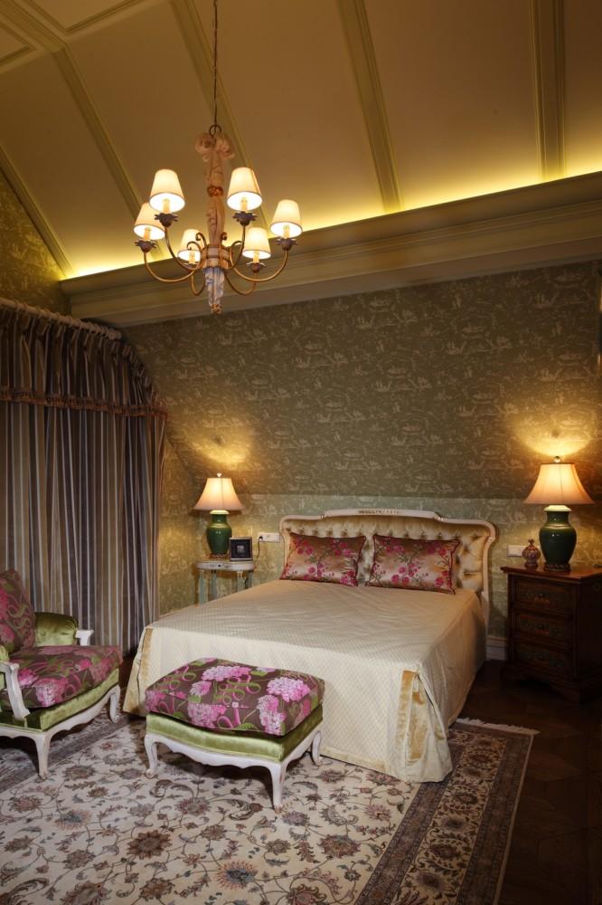 В гостевой спальне прослеживается подчёркнуто романтический стиль. Она решена в нежных пастельных тонах розового и светло-зелёного цвета. Обои украшены затейливым рисунком жуи (пасторальными сценками, характерными для французских набивных тканей XVIII века, выпускавшихся одноимённой мануфактурой).