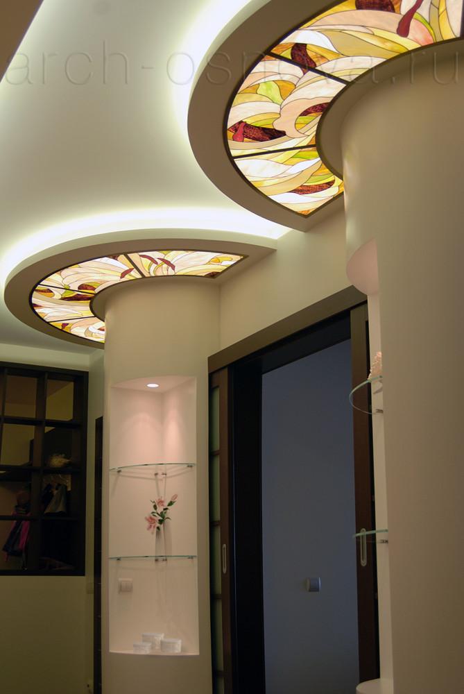 Оригинальное решение в оформлении декоративных полуколонн в интерьере - потолочная окантовка из художественных витражей. Подсветка витражей позволяет им выполнять роль потолочных светильников, наполняя интерьер изысканной игрой бликов.