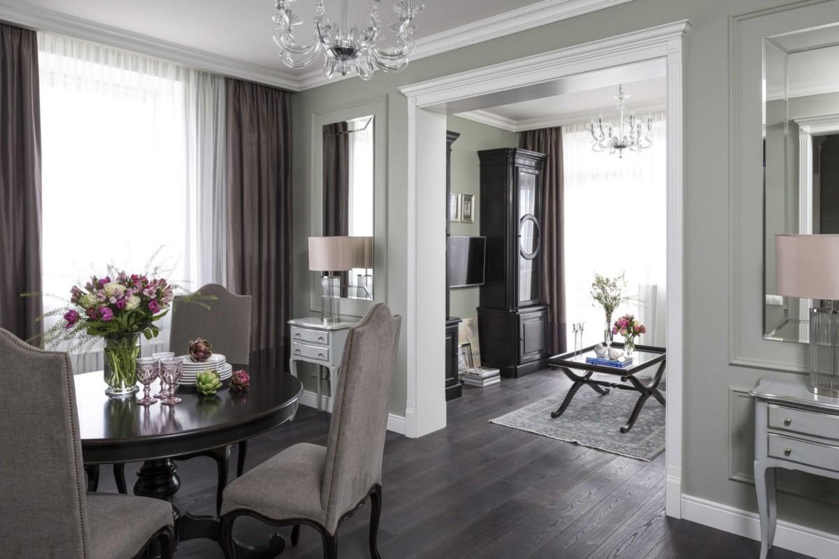 Гостиная разделена высоким порталом на две зоны: столовую и саму гостиную.