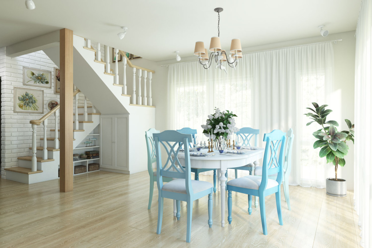 Зона столовой: раскладной стол с цветными стульями освещается люстрой в стиле прованс с птичками.