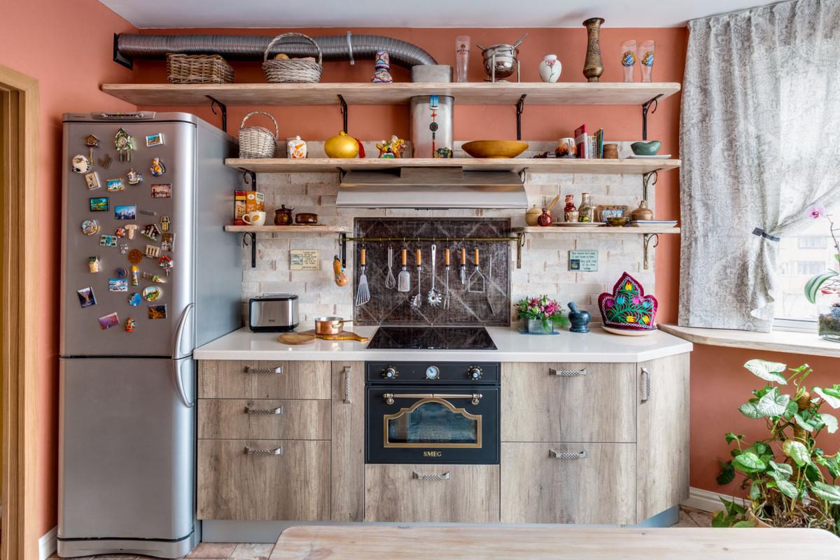 После утверждения планировки остановились на технике фирмы Smeg и кухонных шкафах от итальянского производителя – на них не стали экономить. Поскольку ни мебель, ни технику высокого уровня ничем заменить нельзя. Плитка на пол – из коллекции Mix Havana, имитирует старое потертое покрытие.