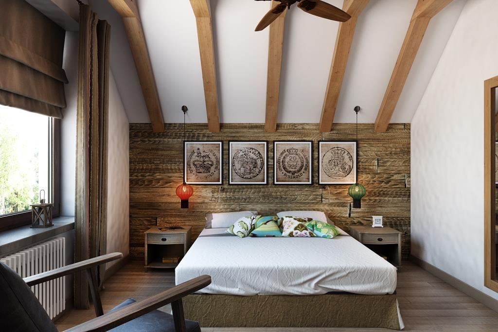 Просторная спальная комната, наполненная воздухом и светом. Скошенные потолки оформлены балками, на одной из которых разместился стилизованный вентилятор. Изголовьем является вся стена зашитая амбарными старинными досками