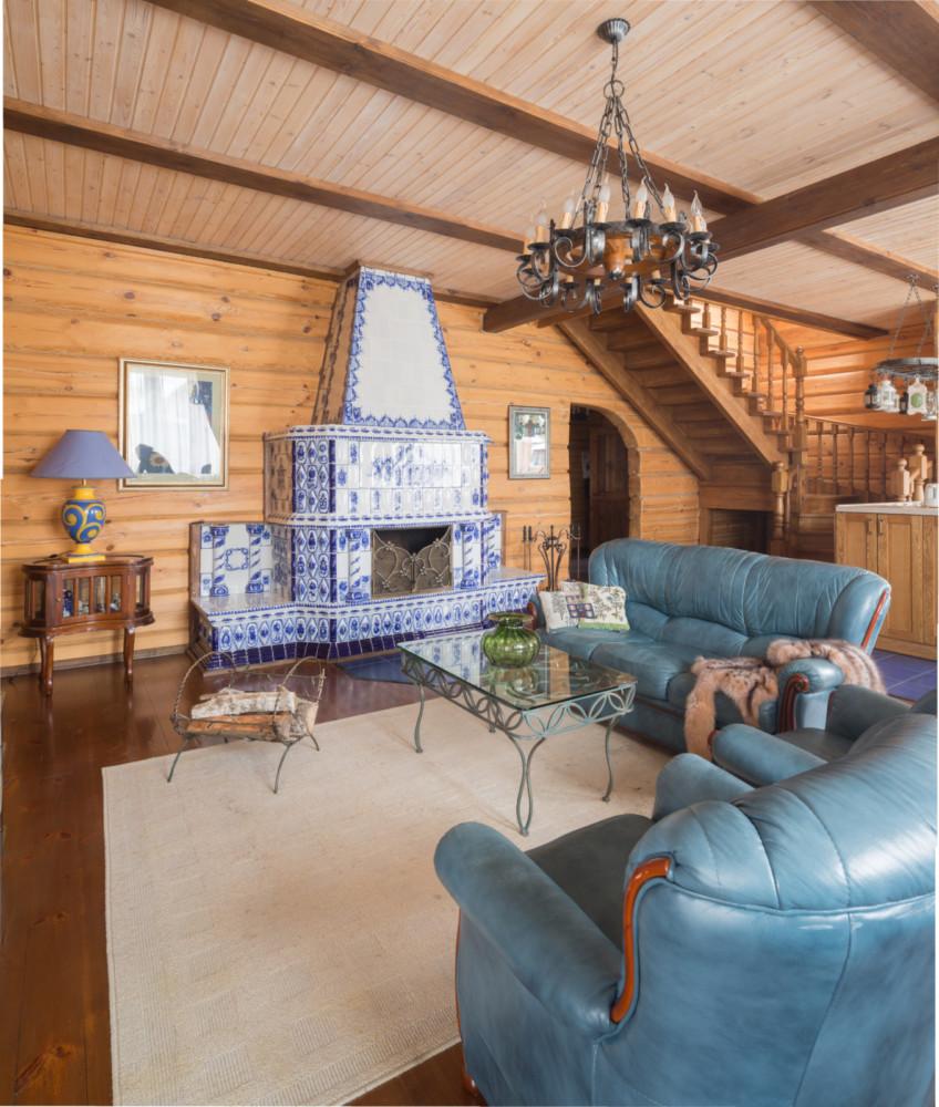 Деревянный дом с камином в изразцах