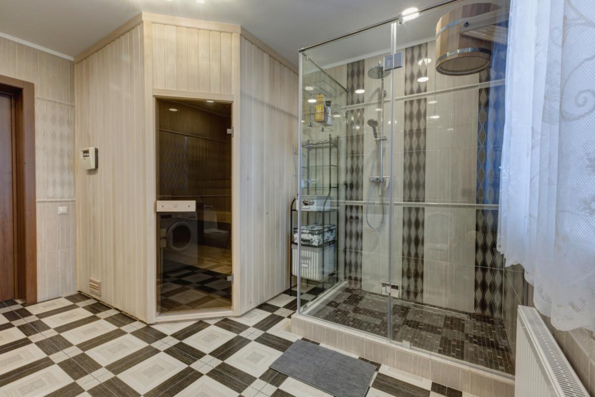 Маленький санузел: выбор между ванной и душем
