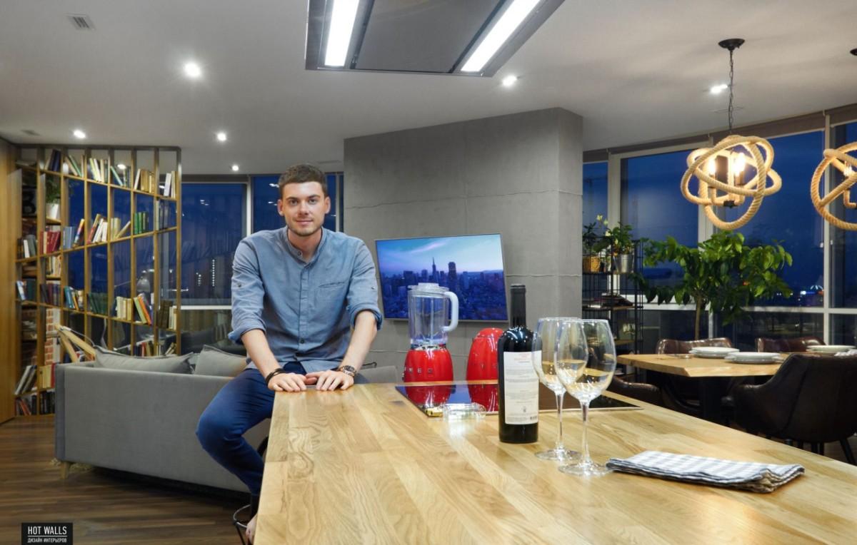 Дизайнер показывает свой лофт в Москве: «всегда мечтал о кухне под лестницей!»