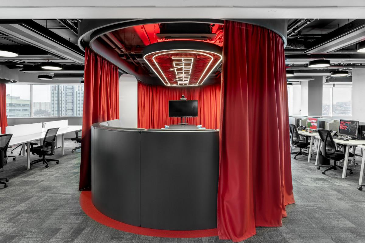 В новом офисе компании Альфа-Банк возникает ощущение, будто вы попали на Марс
