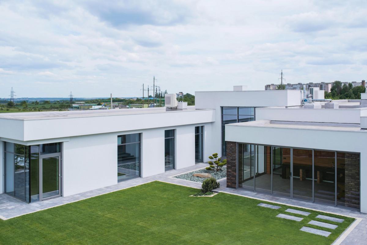 Эстетика минимализма: прозрачный дом, в котором нет ничего лишнего
